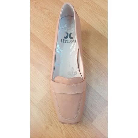 Zapato en piel para señora con tacón bajo en color beige de la casa Ley Land ref:4603