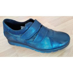 Zapato en piel para señora con cuña baja y cierre velcro en azul marino de la casa Valdegama. ref:190ZACPAZ