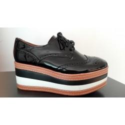 Zapato de charol negro con cordón. Ref: LL-2JB17424